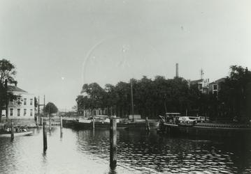 VII-177-01 Het Haringvliet met rechts het Stadstimmerhuis.Op de achtergrond de Nieuwe Oostbrug.