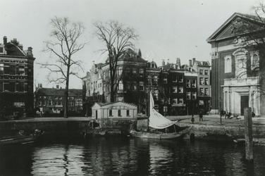 VII-179 Het Haringvliet bij de hoek met de Hooimarkt, rechts de Engelse Episcopale kerk (Saint-Mary's Church), in het ...