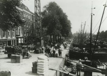 VII-183-00-01 Laden en lossen van stukgoed op het Haringvliet, gezien vanuit westelijke richting.