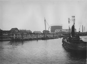 VII-191-02 Het opslagterrein van de gasfabriek aan de Keilehaven. Rechts N.V. Nederlandsch Stoomschip v/h P. Smit Js.