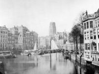 VII-208 De Kolk, links het Westnieuwland, rechts de Korenbeurs.Op de achtergrond de toren van de Sint-Laurenskerk.