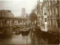 VII-218-01 De Kolk, rechts de achterzijde van panden aan de Toerijstuin met het kantoor van De Telegraaf, links het ...