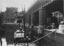 VII-229-00-03 De Kolk, rechts het spoorwegviaduct, op de achtergrond Station Beurs.