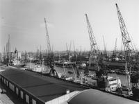 VII-233-14 Lekhaven met schepen en hijskranen.