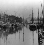 VII-265 De Leuvehaven, gezien vanaf de Leuvebrug. Op de achtergrond de koepel van de Sint-Dominicuskerk.
