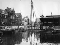 VII-279-01 De Leuvehaven met de verbouwing van de Soetenbrug, rechts de Zeevischmarkt.