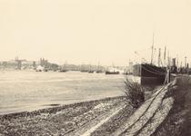 VII-339-05-1,-2 Gezicht op de Nieuwe Maas.-1: gezien vanaf de Oosterkade/Maasboulevard, met rechts het Witte Huis en ...