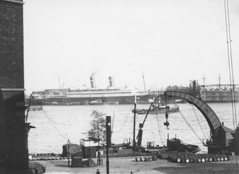 VII-342-03-1,-2 -1: Gezicht op het Willemsplein met rechts een stoomkraan, de Nieuwe Maas en aan de overzijde ...
