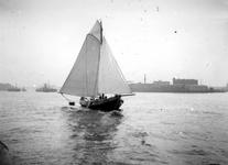 VII-342-04 Zeilscheepje, type schokker op de Nieuwe Maas.