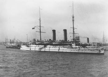 VII-344-04 ( Vermoedelijk ) Oorlogsschip de Gelderland, de Evertsen, de Heemskerk of de Friesland op de Nieuwe ...