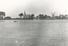 VII-344-06 Gezicht op de Nieuwe Maas bij de Schaardijk in het Kralingseveer met rechts oliemolen De Liefde.