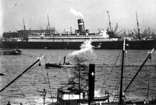 VII-344-08 De Nieuwe Maas met aan de overzijde passagiersschip de Nieuw Amsterdam van de Holland Amerika Lijn liggend ...