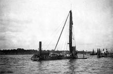 VII-345-00-05 Drijvende bok met heiwerktuig op de Nieuwe Maas, ter hoogte van de 2e Katendrechtsehaven.