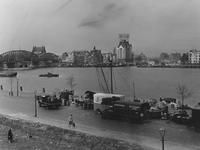 VII-354-64-01 De Nieuwe Maas met v.l.n.r. het gebouw van de Nationale Levensverzekering-Bank aan de Boompjes, de ...
