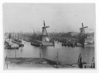 VII-375 Middenkous met links molen De Distilleerketel op het middenhoofd tussen de Voorhaven en Achterhaven. en rechts ...