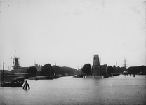VII-381-01-00-01 Middenkous met links de Voorhaven en rechts de Achterhaven. In het midden molen De Distilleerketel na ...