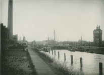 VII-470-02 Schiemond met rechts de watertoren van Delfshaven. Op de achtergrond molens en Oude kerk (rechts).