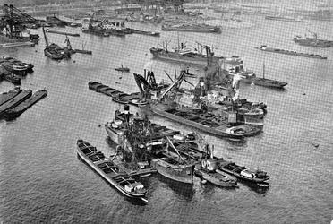 VII-524-04 De Waalhaven gezien uit het oosten.