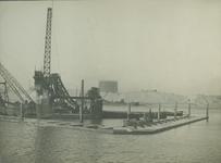 VII-543-28 Het bouwen van de kademuur langs de IJselhaven.
