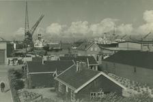 VII-544-00-00-01 IJselhaven met op de achtergrond schepen en hijskranen.