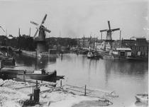 VII-90-00-02 Middenkous met op de achtergrond links molen De Distlleerketel tussen Voorhaven (links) en Achterhaven ...
