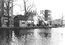 VIII-130-02-10 Melkmarkt aan de Coolsingel, daarachter de sloop van panden aan de Coolvest.Op de achtergrond vaag te ...