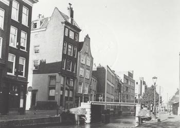 VIII-36-00-03-01 De Delftsevaart.Achterzijde van panden aan de Westewagenstraat.Op de voorgrond de Krattenbrug en links ...