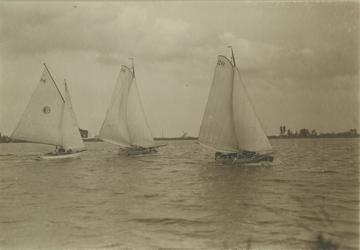 VIII-41-03 Drie zeilboten op de Kralingse Plas.