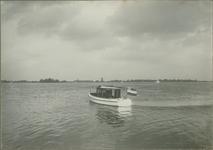 VIII-43 Gezicht op de Kralingse Plas met motorboot en zeilboten.
