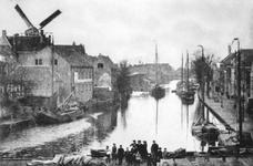VIII-8-03 Gezicht op de Delfshavense Schie vanuit het Lage Erf. Links voor de molen Roeloff's Stomerij en Wasserij aan ...