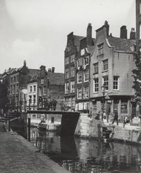 X-155 De Delftsevaart met de Krattenbrug, rechts de hoek met de Bagijnenstraat.