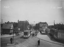 X-158-01 Havenstraat, een tram rijdt over de Lage Erfbrug. Op de achtergrond de Nieuwe Binnenweg.