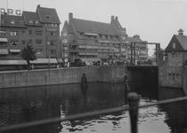 X-159-03 Gezicht op de Delfshavense Schie met rechts de Lage Erfbrug. Op de achtergrond de Aelbrechtskade (links), ...