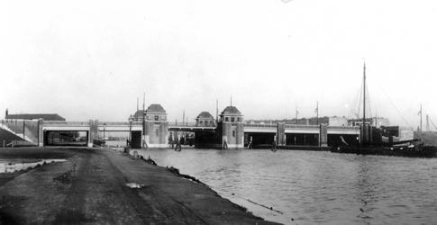 X-171 Gezicht op de Mathenesserbrug over de Delfshavense Schie. Links de Spangesekade.