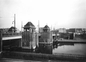 X-173-01 Gezicht op de Mathenesserbrug over de Delfshavense Schie en Aelbrechtskade. Op de achtergrond het Mathenesserplein.