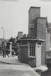 X-182-01 Het brugwachtershuisje van de Meentbrug over de Delftsevaart.
