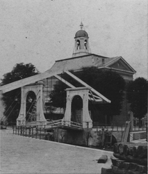 X-185 De Nieuwe Oostbrug met de Episcopale kerk aan het Boerengat, uit het zuidoosten.