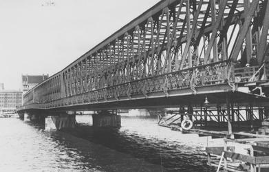 X-46 Werkzaamheden ter verhoging van de Willemsbrug over de Nieuwe Maas, gezien vanaf de zijde van de Van der ...
