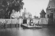 X-84-01-1-EN-2 Gezichten op de Aelbrechtsbrug tijdens werkzaamheden aan de sluisdeuren bij de Aelbrechtskolk.Afgebeeld ...