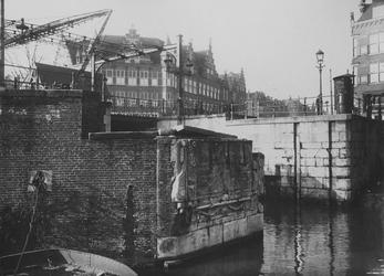 X-87 Gezicht op de Aelbrechtsbrug/Delfshavense Schie met de gedenksteen op de voorgrond.
