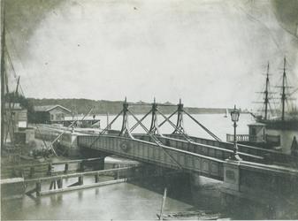 X-99-1-TM-2 De spoorwegbrug over het Boerengat. 2 opnamen.Afgebeeld van boven naar beneden:-1: uit het noordwesten.-2: idem