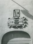 XII-105-06-01 Gevelsteen met wapen van Delfshaven en jaartal 1653, boven de ingang aan de Voorstraat. Afbeelding boven ...