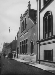 XII-86-2 De Hoogstraat met rechts het Bevolkingsbureau.