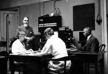 XII-90-00-01-15 Werknemers van de Gemeentelijke Geneeskundige- en Gezondheidsdienst ( G.G. en G.D. ) aan het Achterklooster.
