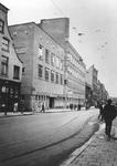 XII-92-2 Gezicht op de de Gedempte Botersloot met links de Gemeentelijke Telefoondienst op de hoek met de Vrouwensteeg.