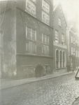 XII-96-2 De Lange Torenstraat met de Gemeentelijke Bank van Lening, links de Snippenvlugsteeg.