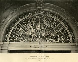 XIII-16 Smeedwerk vervaardigd door Jacob Toorn, boven de hoofdingang van het Schielandshuis/Museum Boijmans aan de ...