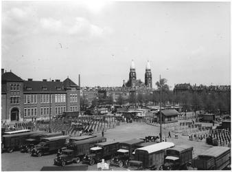XIV-110-00-02 De Veemarkt uit het zuidwesten, van de Hugo de Grootstraat af. Op de achtergrond de Koninginnekerk.
