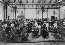 XIV-127-02 Keuring van ruwe tabakmonsters in het Algemeen Verkooplokaal aan de Goudsesingel.