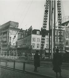 XIV-153-02-01 Het Van Hogendorpsplein met de bouw van het Erasmushuis (HBU-gebouw, Hollandsche Bank-Unie).